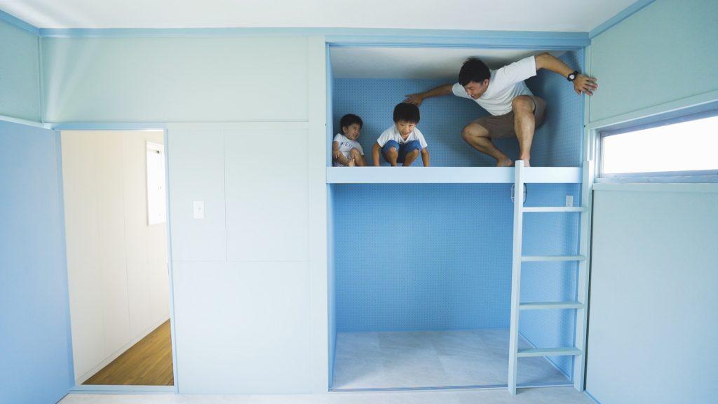 家の中で子どもと遊ぶ